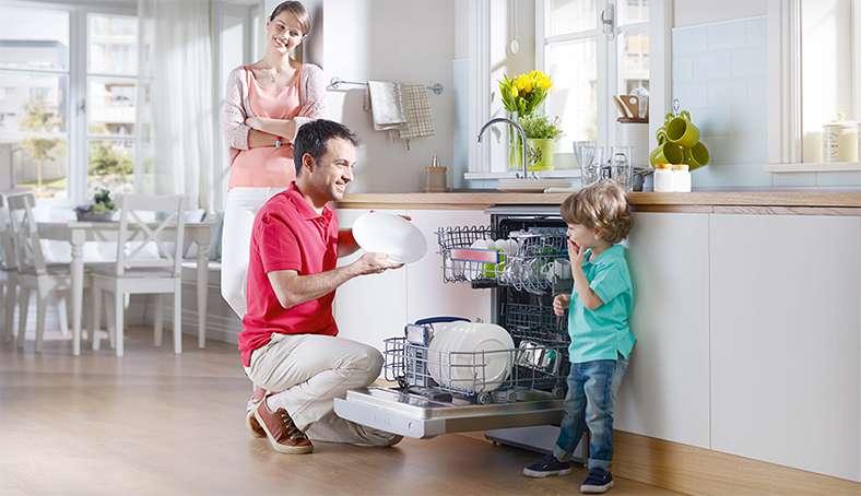 Một gia đình ở máy rửa bát