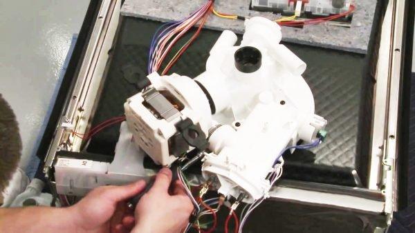 Thay thế bơm tuần hoàn máy rửa chén