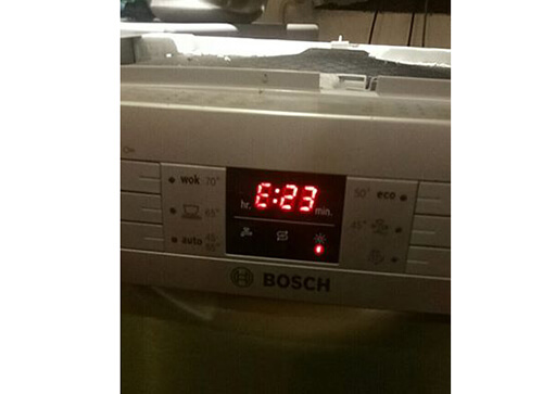Có nhiều nguyên nhân khiến máy rửa bát Bosch báo lỗi E23 như máy bơm hỏng, nước bị rò rỉ hoặc bảng điều khiển có vấn đề