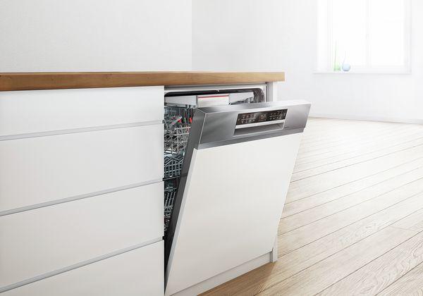 Máy rửa chén có cửa hơi mở và sạch bát đĩa bên trong