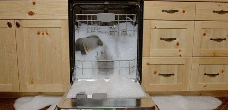 máy rửa bát trào bọt ra ngoài